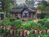 Una capanna nei boschi. - Una capanna da favola nella foresta.