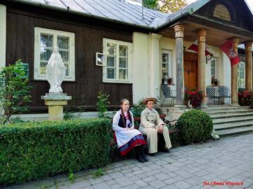 Ambiance de pays - Vieux à et un couple sur un banc