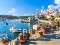 Vid vattnet i Grekland.