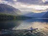 Slovenia. - Slovenia. Canoe pe lac.