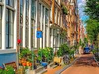 Uma pequena rua em Amsterdã. - Uma pequena rua em Amsterdã.