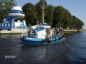 Lodz entrant dans le port - Lodz entrant dans le port de Darłowo Pont-levis à Darłowo Pont-levis à Darłowo