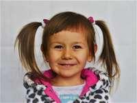 przedszkolak - mała wesoła dziewczynka