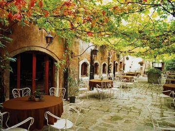 uliczka romantyczna - piękna ulica napisz gdzie Kawiarenka jesienią. Kawiarenka.