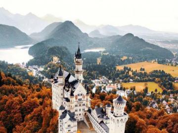 Zamek Ludwika Bawarskiego. - Neuschwanstein w Bawarii. Niemcy.
