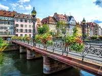 Strasbourgban. Franciaországban. - Egy híd Strasbourgban, Franciaországban.