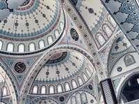 Mosquée colorée en Turquie - L'intérieur d'une mosquée superbement aménagée dans le sud de la Turquie.