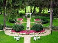 Um lindo jardim. - Jardin très bien entretenu