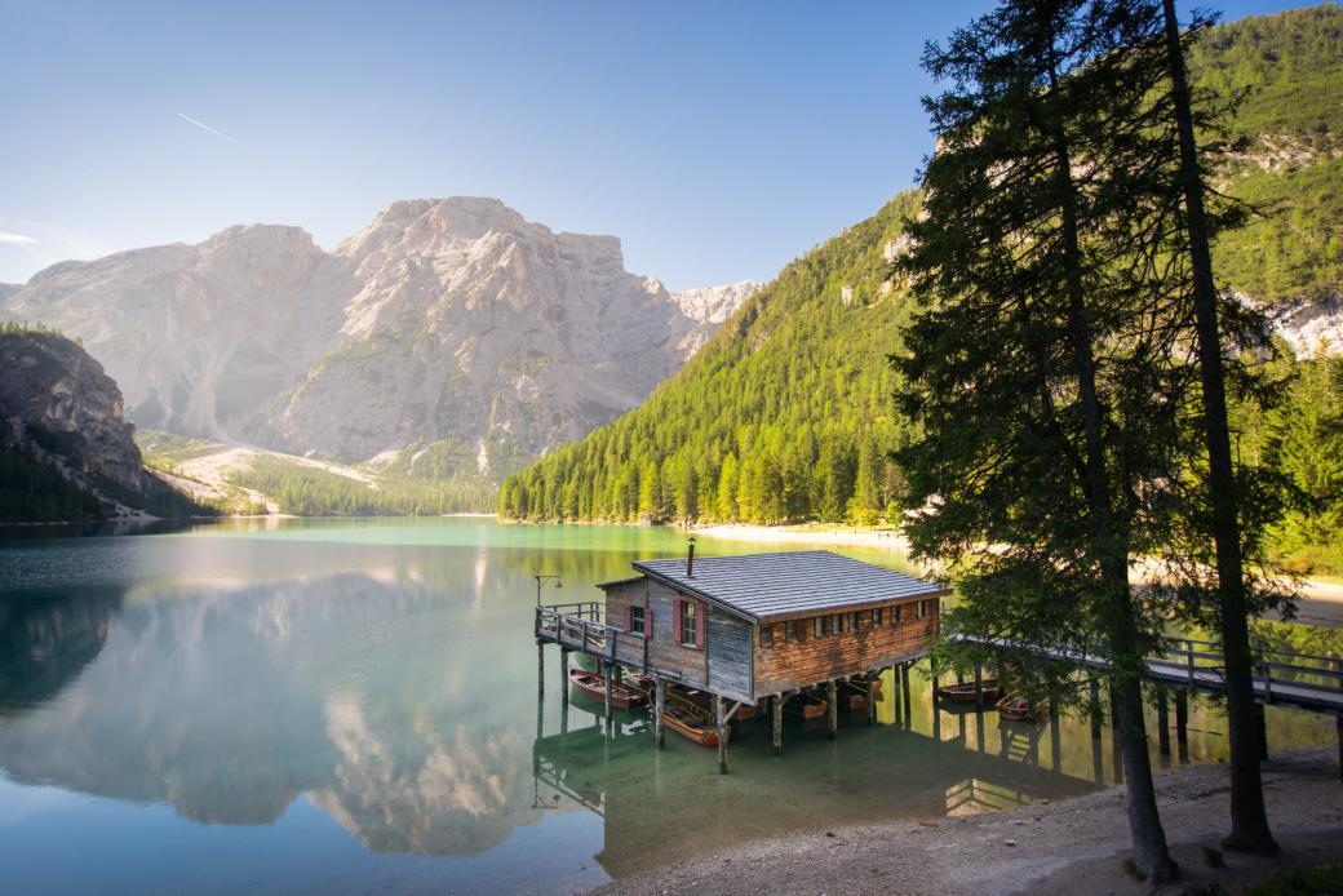 Sjön i Dolomiterna - Sjön Di Braies i de italienska Dolomiterna (10×10)