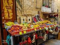 Σταθμός φρούτων. - Στάβλος φρούτων στο Μπάρι, Ιταλία.