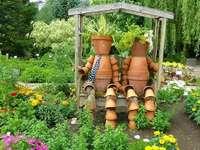 Decorações de jardim. - Ornamentos de vasos no jardim. Engenhosas decorações de jardim.
