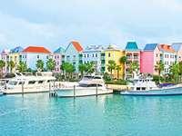 Haven van Nassau. Bahamas. - Kleurrijke huizen in de haven van Nassau.