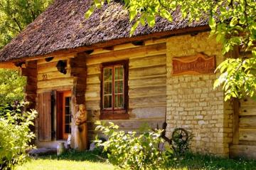 Old cottage. - Also known as the Niezabitowski hut, it is located in Siedlisko Lubicz. It was established at the tu