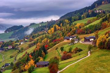 Autumn in the mountains. - Houses on a mountain hillside.