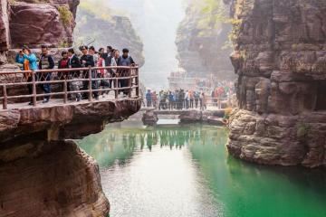 Footbridge on top of Yuntai. - The Chinese, like Poles, are crowded in the mountains.