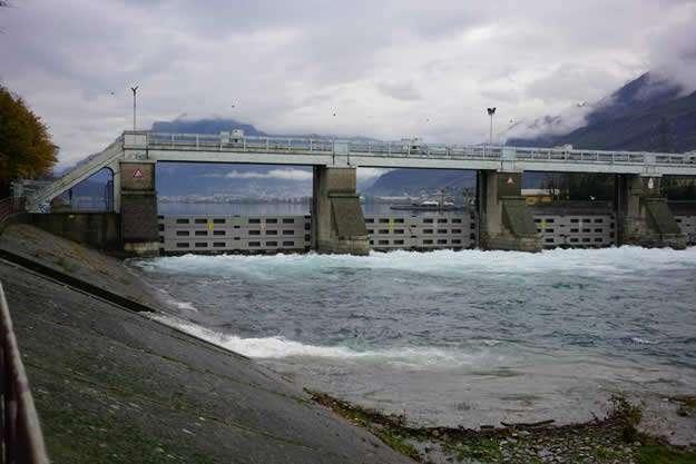 Week in Lecco_Diga - Olginate: de dam werd gesloten na een storm. Ing. Bertoli van het Adda-consortium (5×5)