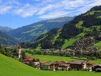 Eine Stadt am Fuße der Berge