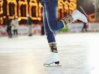 Łyżwiarstwo - Jednym ze sportów zimowych jest łyżwiarstwo.