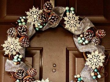 Christmas wreath on the door - Christmas wreath on the door, you can make it yourself. Beautiful home decoration.