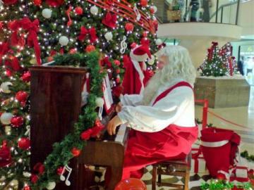 Mikołaj w Laponii - Mikołaj przy pianinie