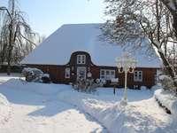 Hóval borított ház.