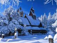 Église enneigée. - C'est quelque part en Pologne, mais dans cette neige, vous ne pouvez pas dire laquelle.