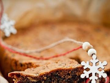 Bożonarodzeniowy piernik - Piernik na Boże Narodzenie. W pierniku orzechy, czekolada i dużo cynamonu. Piernik, to pyszne cias