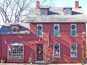 Празнично декориран дом. - Празнично декориран дом. И зимата, както при нас.