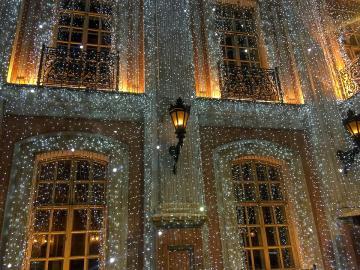 """Кафе """"Пушкин"""" в Москва. - Красива празнична украса на фасадата на кафето."""