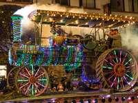 Un vieux tracteur - Tracteur dans la version de Noël.