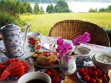 Wiejskie śniadanie z widokiem. - Śniadanie z widokiem na jezioro.
