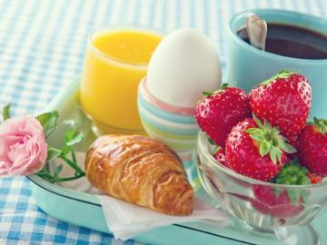 Śniadanie z truskawkami.