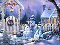 снежни човеци - Снежни човеци, направени по Коледа.