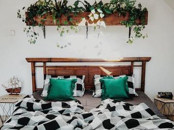 Pomysł na sypialnie - Ciekawe łóżko i ozdoby, sypialnia