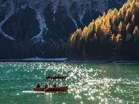 Лодки на планинско езеро