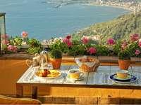 Mic dejun pe terasă. - Śniadanie na tarasie