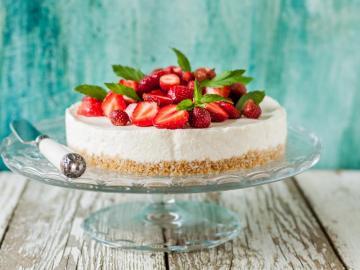 Tort z truskawkami - Tort z truskawkami  w kolorowej odsłonie. Biszkopt, śmietana i truskawki. Pyszna układanka.