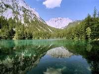 Azure sjö i Österrike - Om du tittar på fotot från Grüner See i Österrike kan du tänka att de är gjorda i ett varmt, e