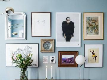 Eine blaue Wand mit Fotos - Die Idee zur Inneneinrichtung. Eine blaue Wand mit Fotos