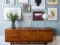 Blauwe muur met foto's - Woondecoratie idee. Blauwe muur met foto's