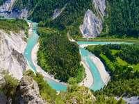 Rivier Rijn landschap - De Rijn stroomt door een bergdal