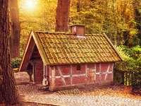 Ein kleines Haus im Wald. - Ein Haus wie dieses. Cottage Baby Yaga ist so winzig.