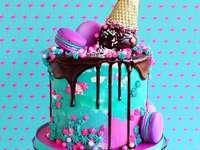 En färgglad kaka - Färgrik tårta för ett barns födelsedag.
