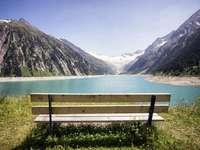 Pad a hegyi tó mellett