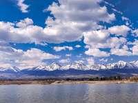 Ουρανός, βουνά και νερό.