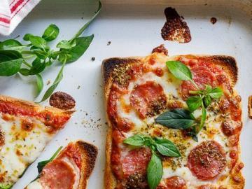 Mini pizza włoska - Kwadraciki pizzowe. Fajna przekąska.