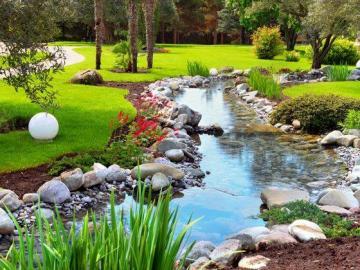 Ein schöner Park mit einem kle - Ein schöner Park mit einem kleinen Fluss