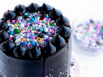 Pastel negro con color - Un hermoso pastel negro con acentos coloridos.