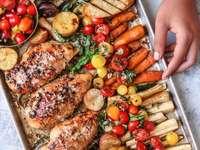 Ψητό φαγητό - Νόστιμα ψητά φαγητά. Κοτόπουλο με λαχανικά.