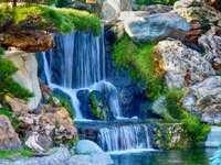 vattenfall - Landskap. Vattenfall vid floden.